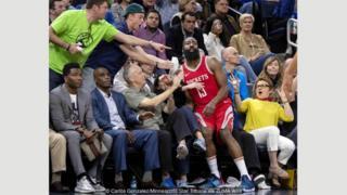 Diambil pada pertandingan antara Houston Rockets dan Minnesota Timberwolves, foto ini disamakan dengan seni