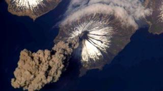 Перед астронавтами из космоса открывается потрясающий вид на извержения вулканов