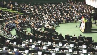 Un homme s'est fait exploser au quatrième étage d'un bâtiment du parlement iranien alors que les forces spéciales donnaient l'assaut contre deux assaillants armés.