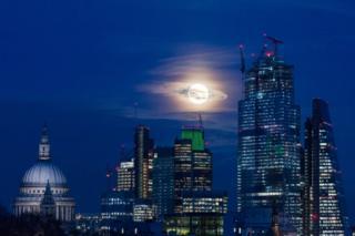 місяць анд Лондоном