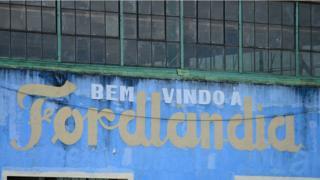 Fachada de edificio na entrada da Fordlândia