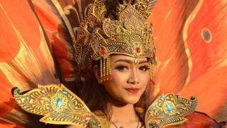 印尼语是印度尼西亚的官方语言,但很少有人用其标准形式说话(图为身穿传统服装的印尼巴厘岛妇女)。