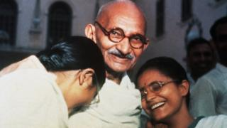 Mahatma Gandhi ríe con sus nietas Manu (izq.) y Abha (der.) en Nueva Delhi