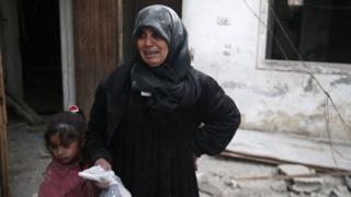امرأة تبكي قريبا لها قتل جراء الغارات