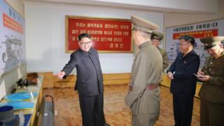 Kim Jong-un é recebido por militares