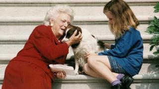 L'ancienne première dame Barbara Bush avec son chien et sa petite-fille Barbara, à la Maison Blanche.