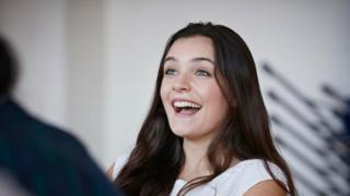 Una joven con sonrisa franca