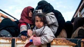 Suriye'nin doğusundaki Bağuz köyünden kaçan siviller (14 Şubat 2019)