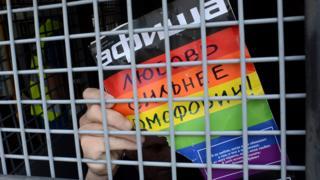 پلاکارد یک فعال حقوق همجنسگرایان در مسکو