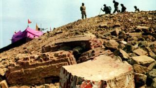 6 दिसंबर 1992 को अयोध्या में ढहाई गई थी बाबरी मस्जिद, जिससे पूरे देश में हंगामा शुरू हो गया था