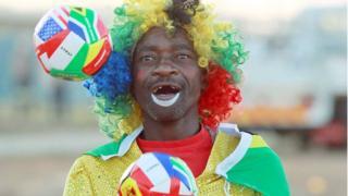 Clown wey dey juggle ball