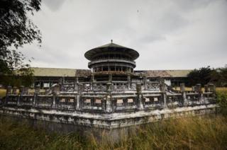 نسلے میں موبوٹو کا محل جو اب کھنڈر بن چکا ہے