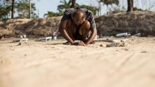 Cláudio Oliveira diante de cova da ex-companheira em Fortaleza