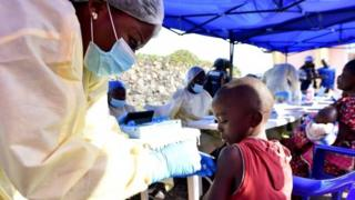 A health worker administers Ebola vaccine to a child in Goma, the Democratic Republic of Congo. Photo: 17 July 2019