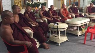 BBCの取材を受ける保守派仏教徒団体「マバタ」 の僧侶たち