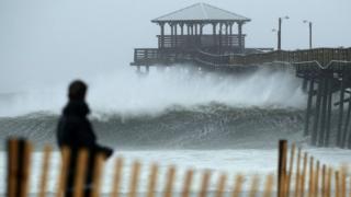Olas chocando contra un muelle en Atlantic Beach, Carolina del Norte.