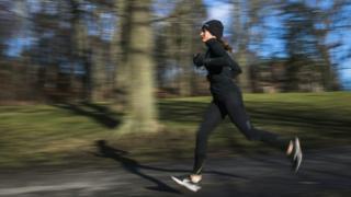 Düzenli egzersiz de kemiklerin güçlenmesine yardımcı oluyor.