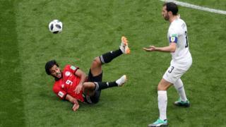 Diego Godín de Uruguay y Marwan Mohsen de Egipto (en rojo).