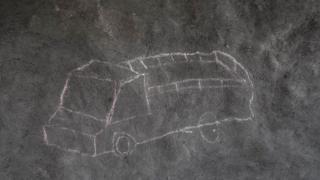 Crtež kamiona krasi zid od blata u skloništu u logoru Palorinia