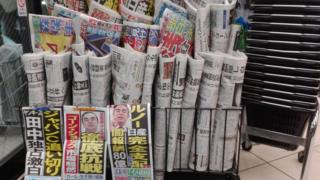 Jornais com reportagens de capa sobre Carlos Ghosn