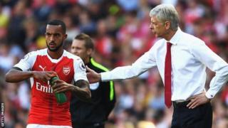 Mshambuliaji wa Arsenal Theo Walcott akiwa na mkufunzi Arsene Wenger
