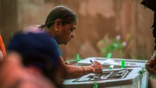 一名選民在今年早前舉行的地方選舉中投票
