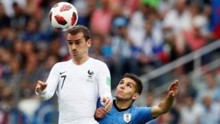 Antoine Griezmann pencetak gol kedua Prancis atas Uruguay di Nizhny Novgorod Stadium.