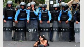 Honduraslı kadın gösterici