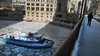 sungai beku di chicago