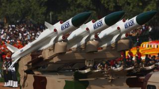 Mô hình hệ thống phòng thủ tên lửa đất đối không Akash trong một lễ diễu binh tại Ấn Độ