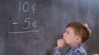 matematik işlemi yapan çocuk