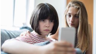 Adolescentes mirando al celular