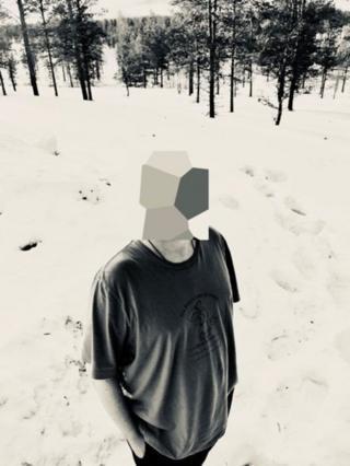 Jonathan Hirshon com rosto coberto