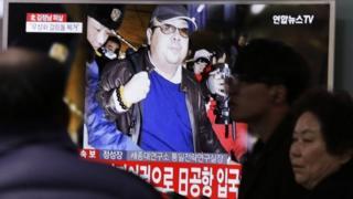 ソウルのテレビ画面に映し出される金正男氏死亡のニュース(14日)