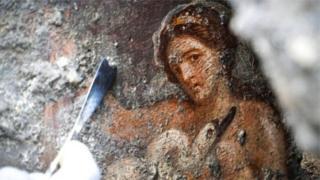 Частина фрески з зображенням Леди на розкопках