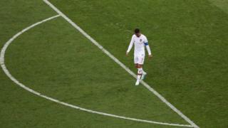 رونالدو حزينا بعد الخروج من البطولة