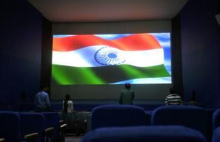 新德里一家戏院播放电影前在萤幕上展示印度国旗