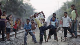 চট্টগ্রামে রেল লাইন বরাবর ক্রিকেট উৎসব