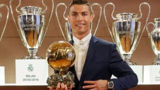 Cristiano Ronaldo na Lionel Messi batsindiye ico gikombe imyaka icenda yose bahanahana atawubaciriyemwo.