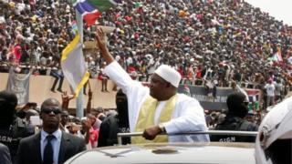 Adama Barrow na gaisawa da dubban magoya bayansa a filin wasa na Independence
