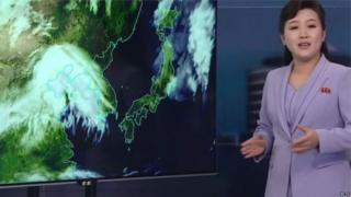 KCTV sunucusu hava durumunu ilk kez ayakta ve ellerini hareket ettirerek sundu
