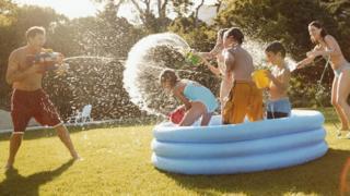 Çocuk havuzu içinde bir aile