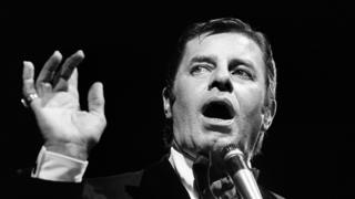 """US comedian, director and singer Jerry Lewis performs at L""""Olympia in Paris on May 19, 1976."""