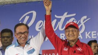 安瓦爾(圖左)被視為接替馬來西亞總理馬哈蒂爾(圖右)的人選。