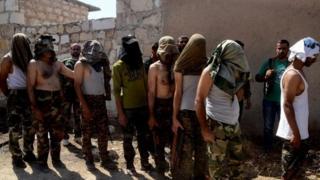 降伏した反乱軍兵士とされる写真。シリア政府系メディアが報じた(2日)
