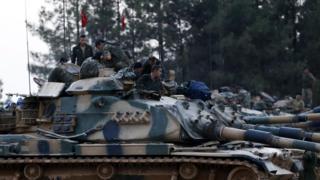 Türk tankları karkamış'tan geçerken görülüyor.