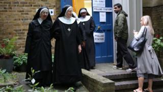 伦敦市中心某投票站一群修女结伴离开(8/6/2017)