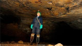 Homem dentro de caverna de onde meninos tailandeses foram resgatados