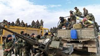 Бойцы сирийских правительственных войск направляются в сторону города Саракиб