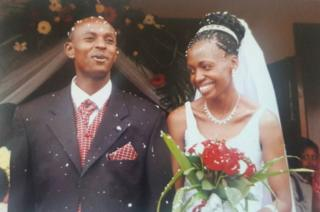 Harry Olwande y Terry, ahora Gobanga, el día de su boda, en ujulio de 2005.